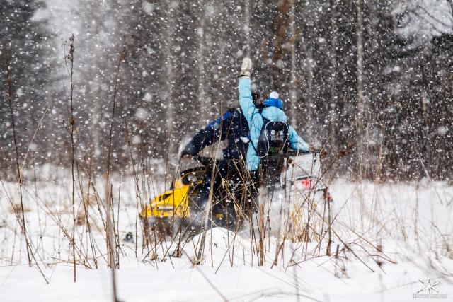 Пока нет горнолыжной трассы, можно прокатиться на снегоходе.