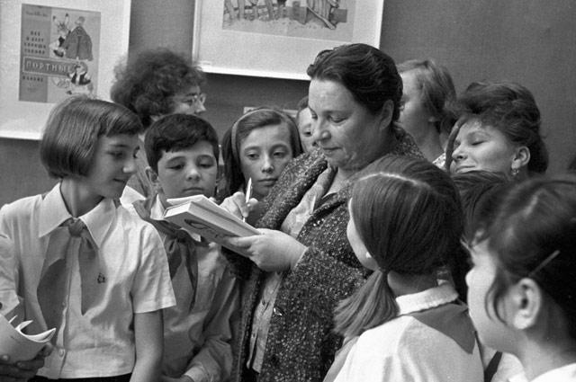Агния Барто дает автографы пионерам. 1980 год