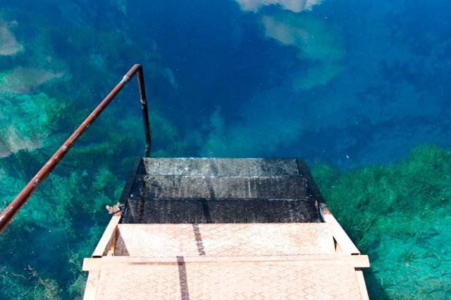 Вода в Голубом озере всегда одной температуры.