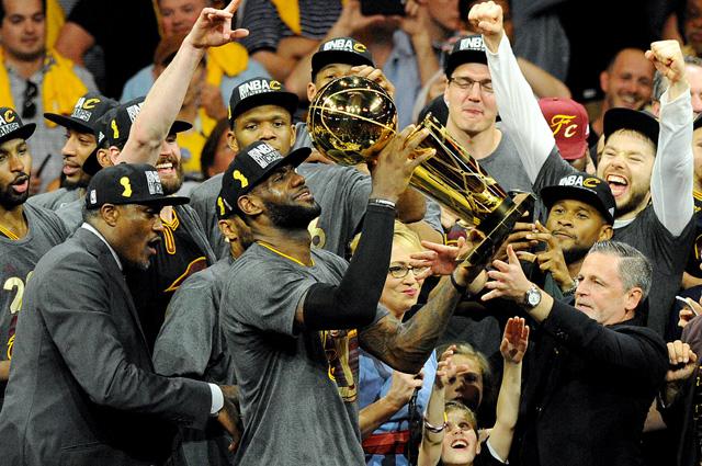 Игроки «Кливленд Кавальерс» празднуют победу.