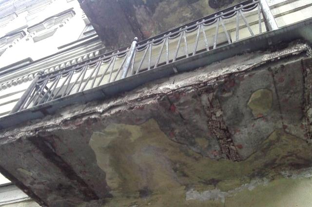 Прогнившие балконы на Подольской улице могут упасть на прохожих.