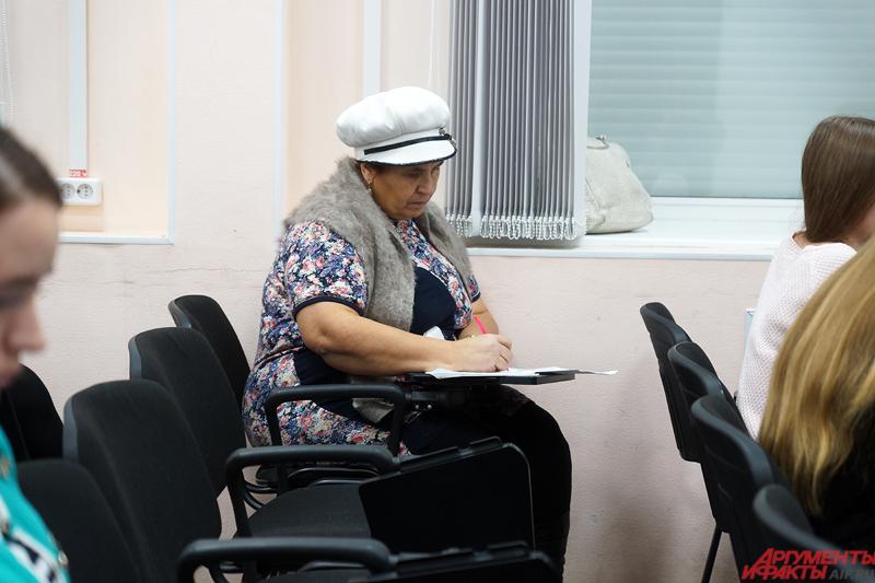 Пенсионерка Любовь Лапина пришла обучиться, чтобы «пошабашить» в новогодние праздники.