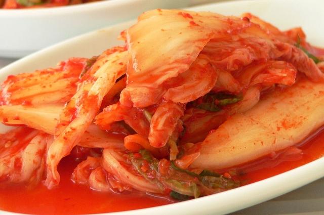 Ким Чи готовится из капусты.