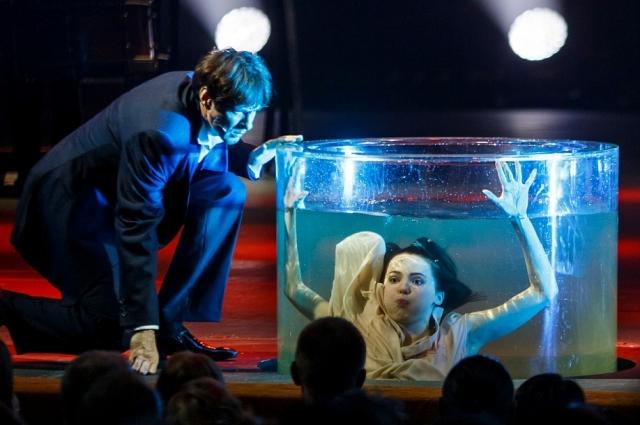 По мнению режиссёра, аквариум выглядит эффектно.