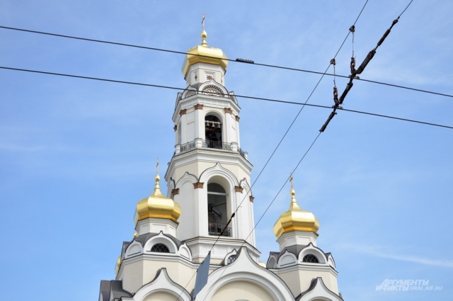 В храме Большой Златоуст находится самый большой колокол в Екатеринбурге весом 16 тонн.