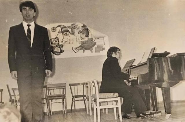 Студент Дмитрий Хворостовский выступает в институте.