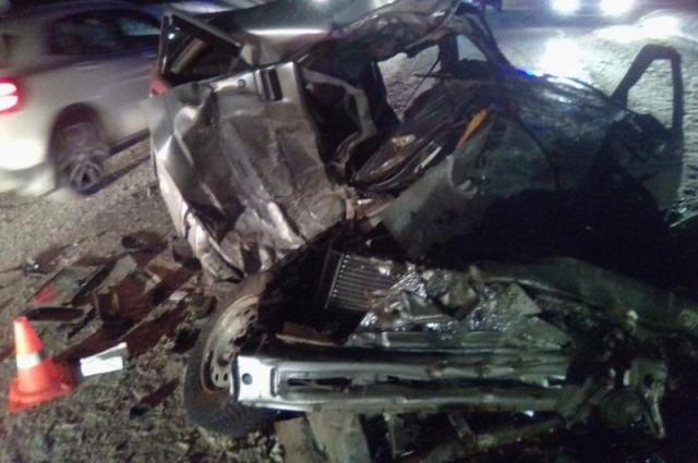 Водитель легковушки погиб на месте, его 17-летний пассажир получил травмы.