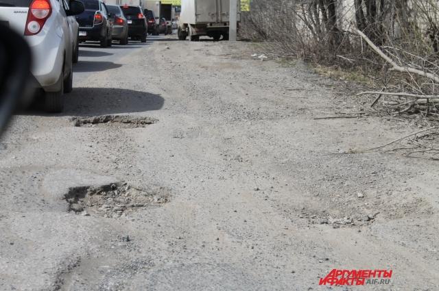 Для пешеходов улица Васильева тоже не удобна: нет тротуаров