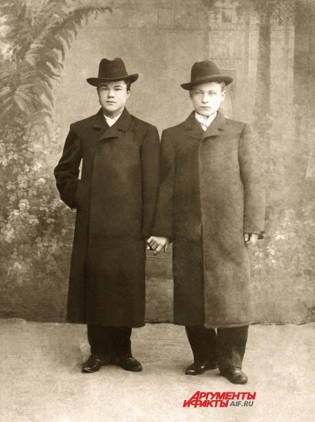 Путины Спиридон (дедушка президента России Владимира Путина) и Александр, Петербург, 1900 г.
