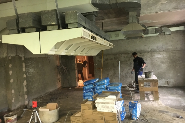 В школе №7 ремонтируют пищеблок. Помимо керамической плитки, здесь заменят смесители и мойки, проложат трубопроводную канализацию, проведут монтаж светодиодных ламп.