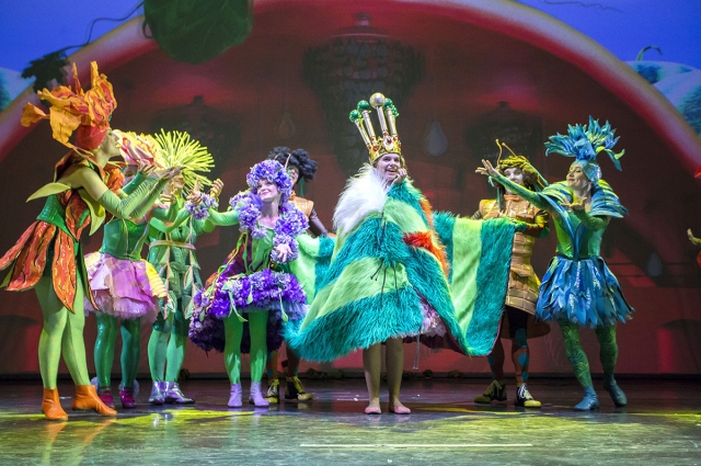 Артисты появляются на сцене в сказочных костюмах.