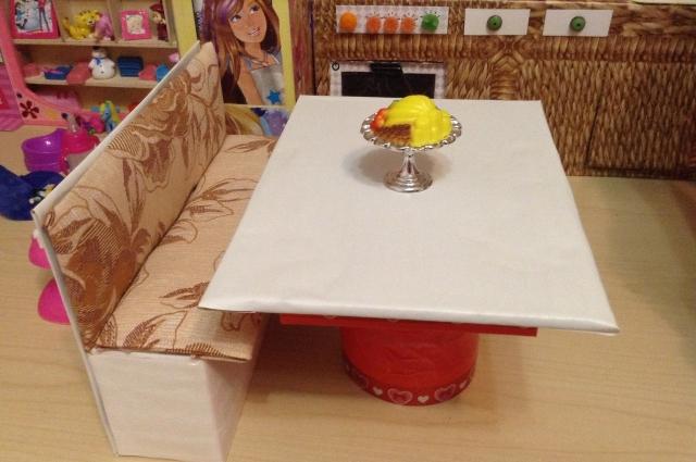 Диван и стол в домике для Барби.