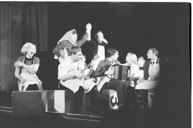 Высоцкий с трупой московского Театра на Таганке