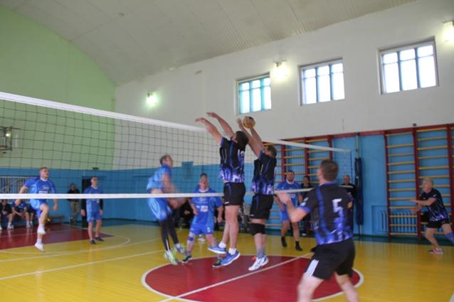 Спортивный дух, азарт и адреналин царили на волейбольной площадке.