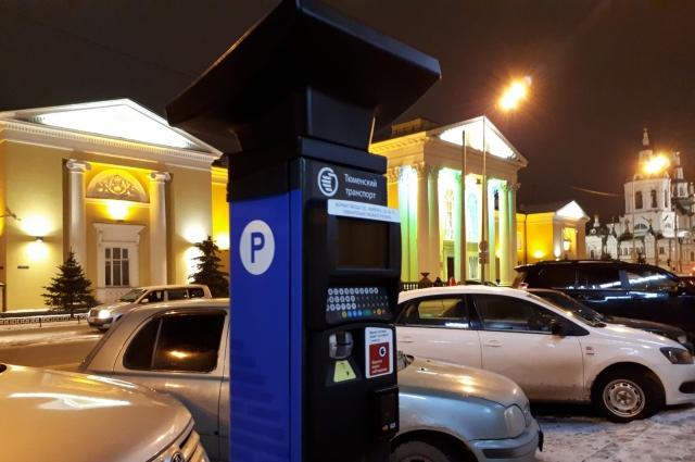 Платная парковка на ул. Челюскинцев.