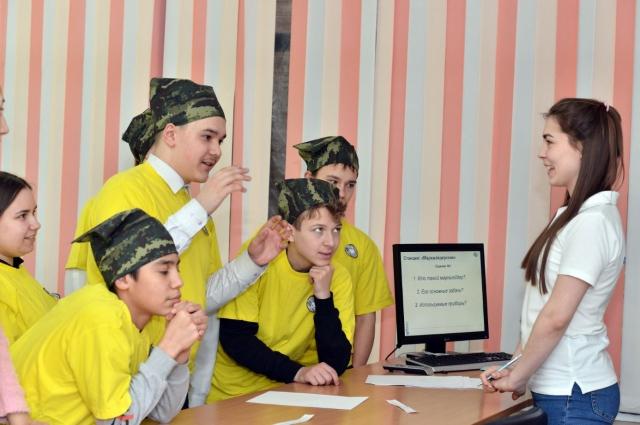 Команда школьников отвечает на вопросы на станции