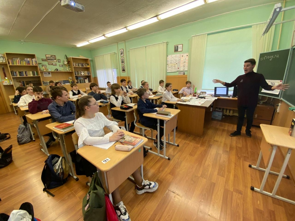 Дети говорят, что скучают по живым урокам, поголосу учителя, по живому общению.