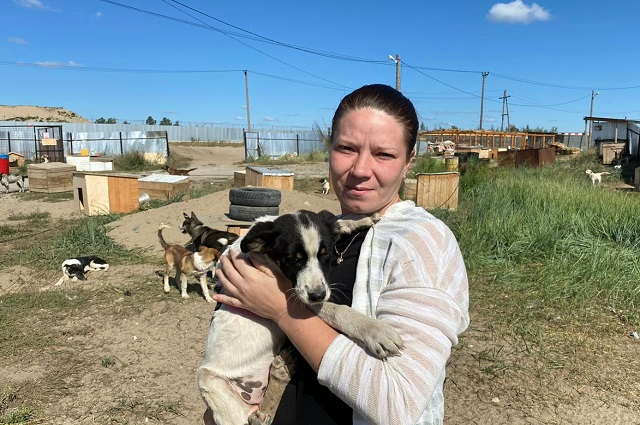 Екатерина Безрученко с одним из своих подопечных с необычной кличкой Чикатило. Пес заразил своих собратьев, но сам смогу выжить.