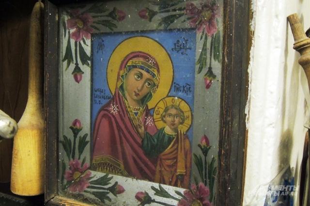 Деревенский мастер украсил икону цветами