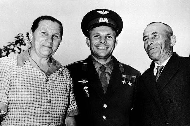Юрий Гагарин с родителями - Анной Тимофеевной Гагариной и Алексеем Ивановичем Гагариным.
