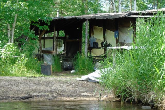 «Поселенцы» живут на берегу Черноисточинского пруда круглое лето: ставят сети, тут же варят пищу.