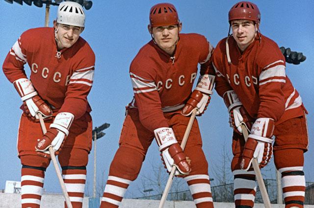 Члены сборной СССР по хоккею с шайбой (слева направо): Борис Михайлов, Владимир Петров и Валерий Харламов, 1971