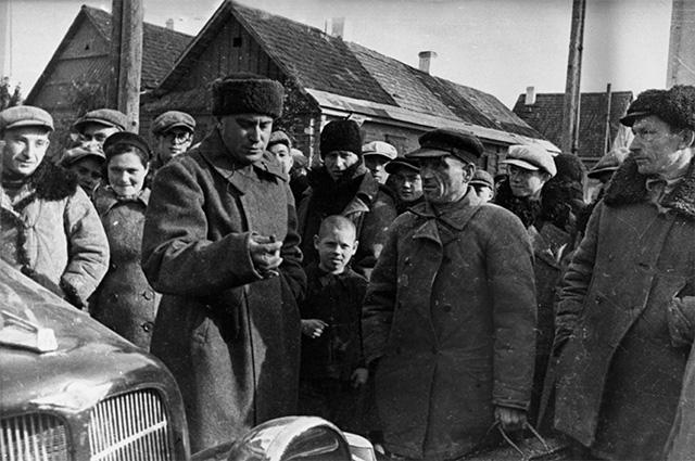 Писатель Валентин Катаев беседует с жителями города Сморгонь, Западная Белоруссия. Октябрь 1939 год.