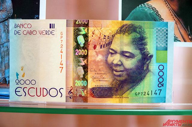 Портрет певицы Сезарии Эворы размещён на купюрах африканской страны Кабо-Верде.