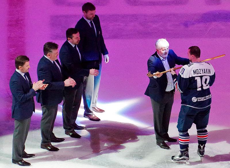 Церемония чествования Сергея Мозякина после окончания матча 1/8 финала плей-офф Кубка Гагарина между ХК«Металлург» иХК«Куньлунь Ред Стар».