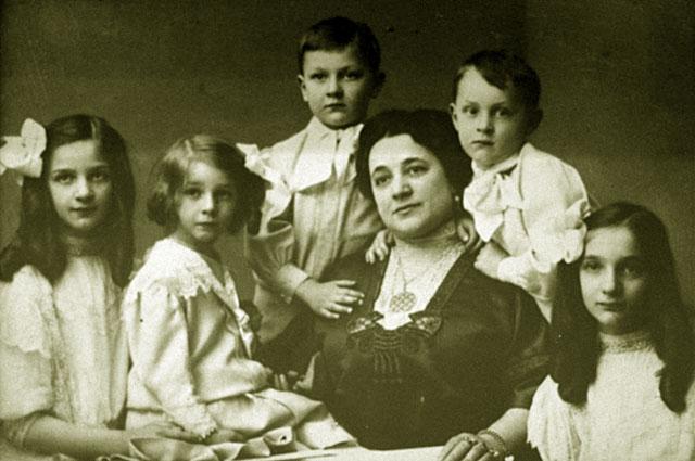 Иола Торнаги, первая жена Федора Шаляпина, в окружении детей Ирины, Бориса, Лидии, Федора и Татьяны. Репродукция