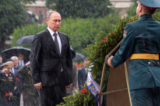 Президент РФ Владимир Путин принимает участие в церемонии возложения венков к Могиле Неизвестного Солдата в Александровском саду в День памяти и скорби.