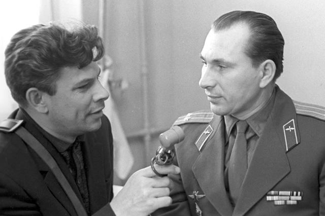 Космонавт Павел Беляев дает интервью корреспонденту Всесоюзного радио Юрию Летунову перед полетом в космос. 1965 г.