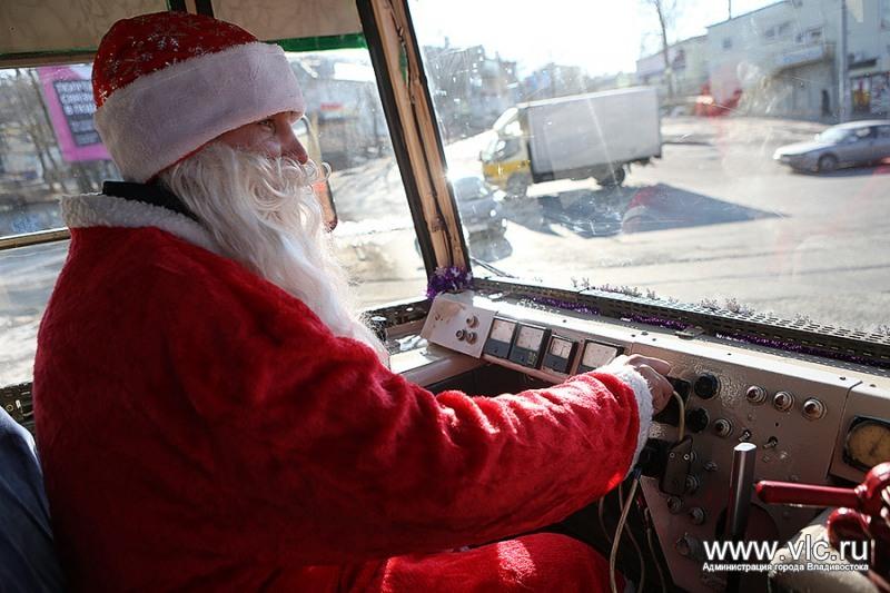 Один Дед Мороз на развлечениях, а второй - у руля.
