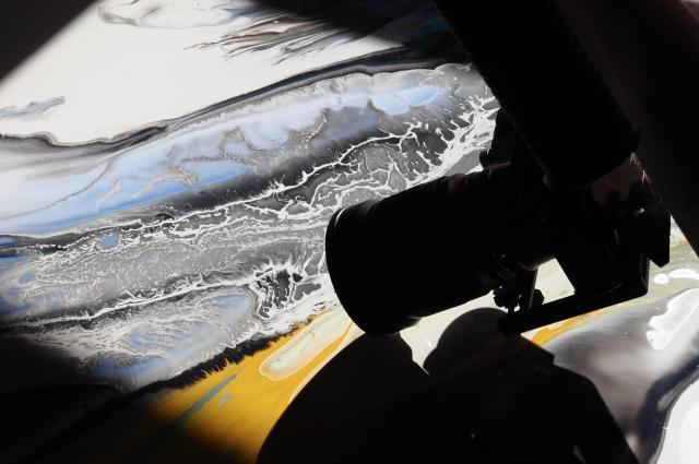 Картины Саши оживают с помощью фильма, который снимает его друг-видеограф.