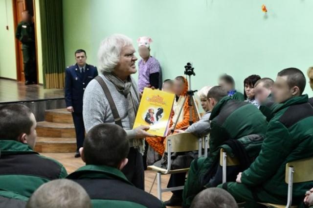Дрессировщик подарил воспитанникам колонии свои книги из серии «Уроки доброты и самопознания» со своим автографом.