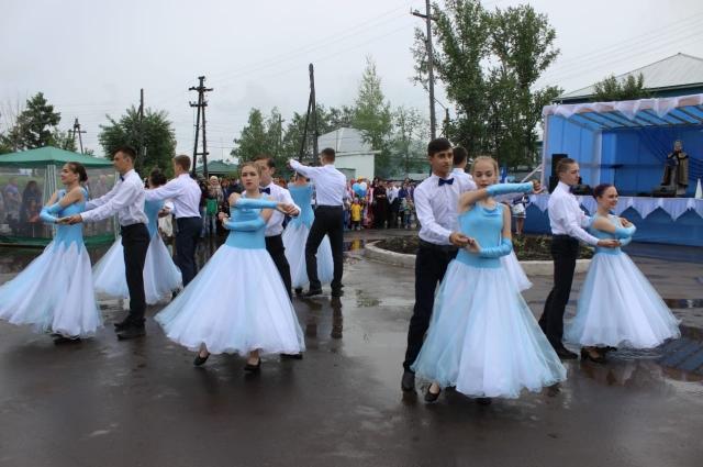 На празднике выступили как местные коллективы, так и гости.