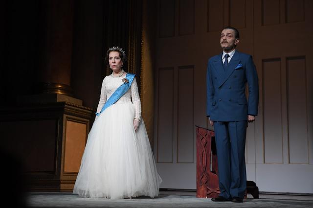 Андрей Харитонов вроли Гарольда Макмиллана иИнна Чурикова вроли Королевы Елизаветы IIв сцене изспектакля «Аудиенция» вТеатре Наций вМоскве.