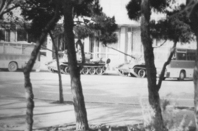 Танки перед отелем «Азербайджан».