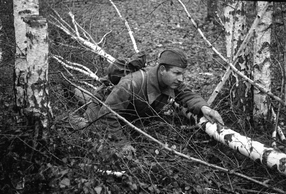 1942 год. Западный фронт. Красноармеец-письмоносец Е.А. Гренев пробирается с письмами к передовому краю.