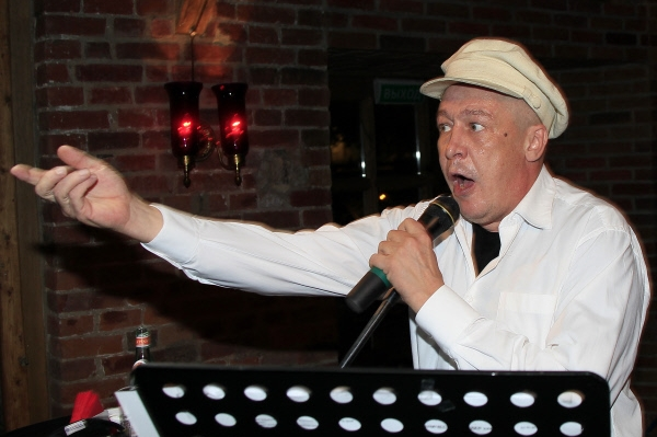 Актер Михаил Ефремов выступает на поэтическом вечере в рамках Вечеров у камина в ресторане Бочка . 28.09.2012