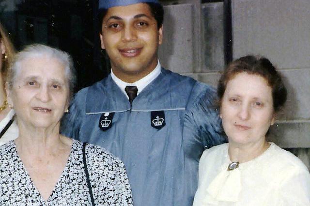 В 1991 году при получении диплома в Колумбийском Университете. Слева направо - бабушка, я и мама.