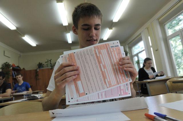 Ученик одной из московских школ во время сдачи ЕГЭ, 2013 год