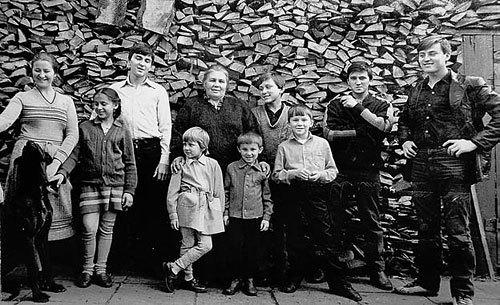 Слева направо: Ольга, Татьяна, Олег, Нинель Сергеевна держит за плечи Ульяну и Сергея, Александр, Михаил, Дмитрий и Василий. Отсутствуют Людмила, и Игорь, который в этот момент держит фотокамеру. 1985 год.