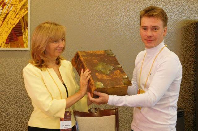 Владимир Понизовкин подарил музею Евангелие 1756 года издания.