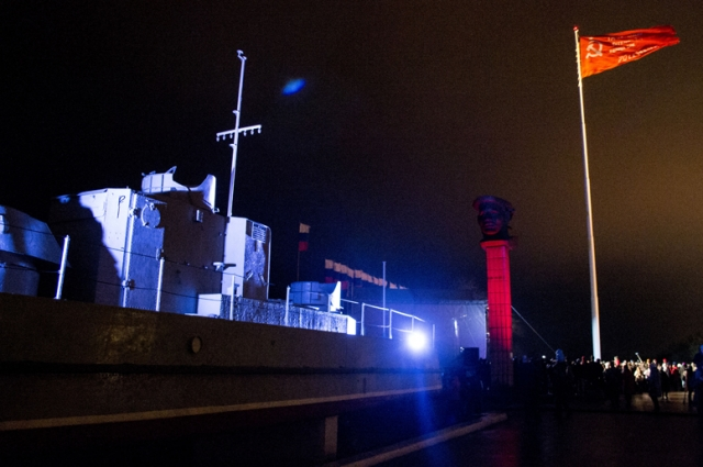 Показательные выступления спецназа и знамя победы.