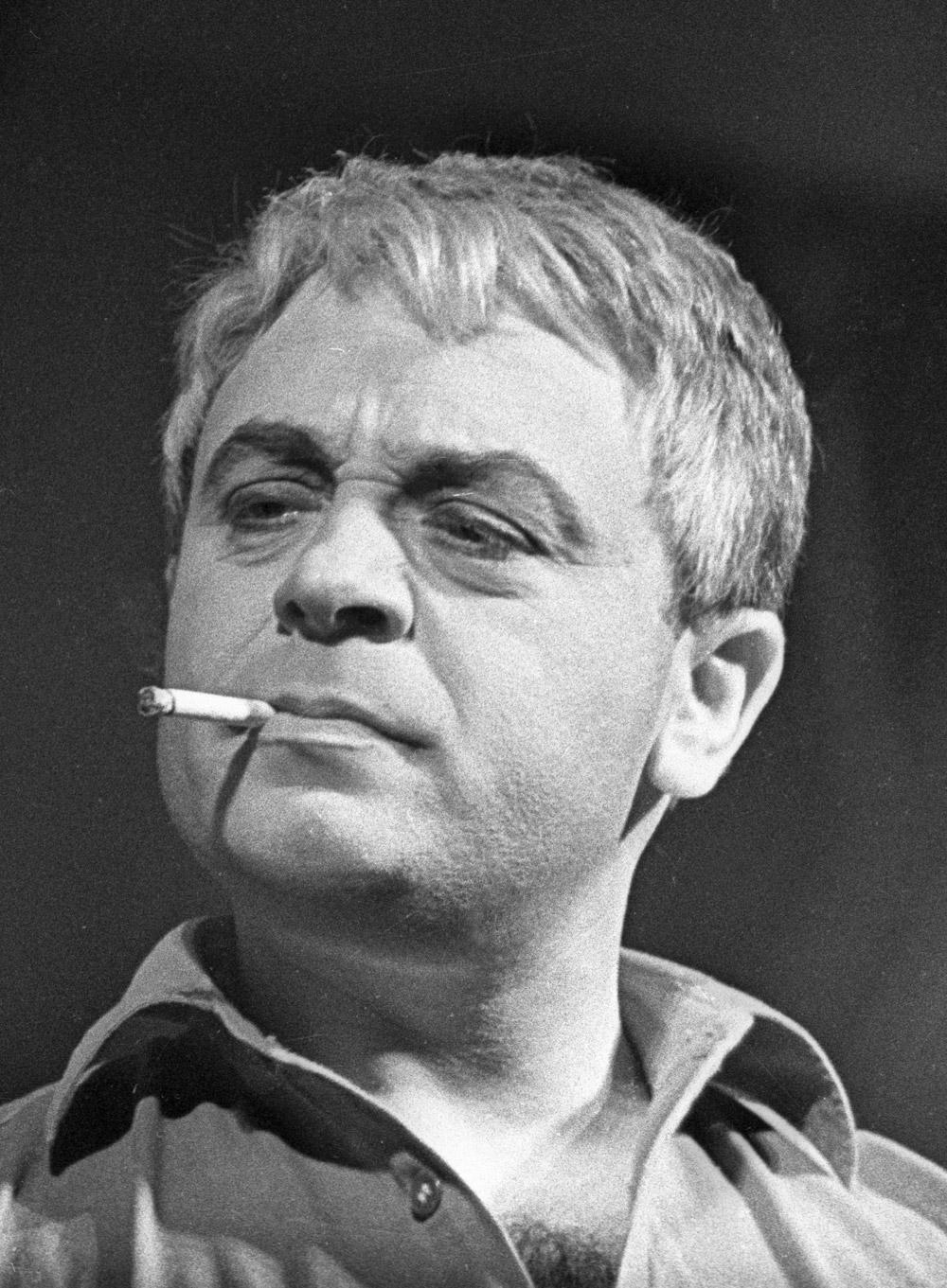 Московского драматического театра Леонид Броневой в роли Моргана в спектакле «Мятеж неизвестных» по пьесе Генриха Боровика.