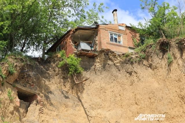 Каждый год Таганрогский залив забирает жилые дома.