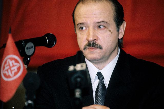 Лидер движения «Русское национальное единство» Александр Баркашов выступает наI съезде РНЕ, 1997 г.