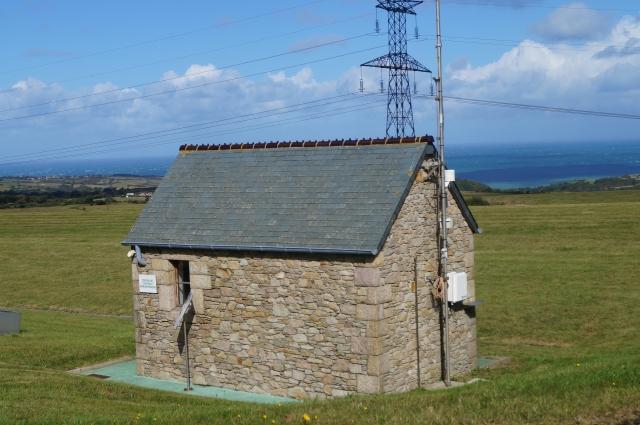 Даже домик для измерительных приборов сделан в старинном нормандском стиле.