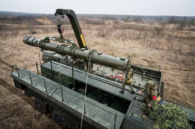 Транспортно-заряжающая машина комплекса «Искандер-К» скрылатыми ракетами Р-500в транспортно-пусковых контейнерах вовремя учений оперативно-тактического ракетного комплекса (ОТРК) «Искандер-М».